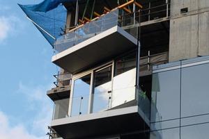 """<div class=""""bildtext"""">Auf der Baustelle in London: Der Balkonboden ist aus Aluminium und wurde bereits in der Vorfertigung an das Fassadenelement montiert.</div>"""