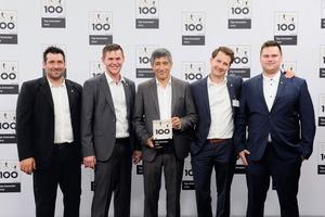 """<div class=""""bildtext"""">Ranga Yogeshwar (m.) gratuliert (v.l.): Michael Jobst (Werkstattmeister), Alexander Artes (Betriebsleiter), Ingo Lederer (2.v.r.; Geschäftsführer) und Anton Kraus (1.v.r.; Konstrukteur) von Stegerer.</div>"""