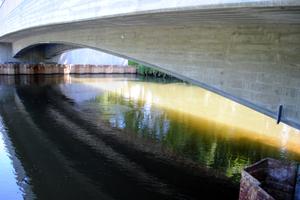 Die Elster-Brücke in Halle ist Deutschlands erste Stahlverbundbrücke mit feuerverzinkten Verbunddübelleisten.<br />