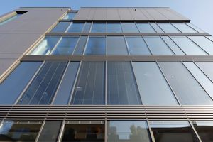Um die Lüftungsanlage unsichtbar in die Fassade zu integrieren, hat Freyler Metallbau eine Sonderkonstruktion mit Lamellenbändern entworfen.<br />