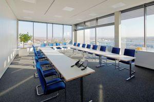 Im Obergeschoss befindet sich ein Konferenzraum, an den sich die auskragende Dachterrasse anschließt.