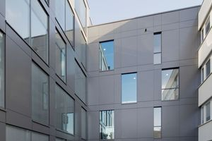 Ein Bau mit dominanter Aluverkleidung verbindet den Bestand mit dem Neubau.<br />