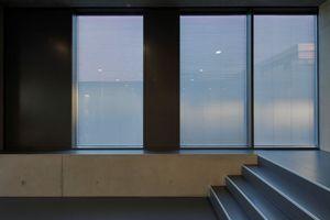 Der Sonnen- und Blendschutz wurde in die Dreifachverglasung integriert – eine elegante Lösung von innen und außen. <br />