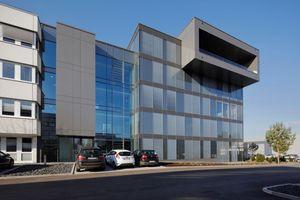Die Glasfassade besteht aus transparenten und opaken Elementen. Letztere erhalten ihre Tiefenwirkung durch das Isolierglas.<br /><br /><br />