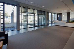 Der große Glasanteil der Fassade sorgt im Inneren des Bürokomplexes für eine lichte Atmosphäre.<br />