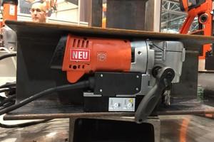 """<div class=""""bildtext"""">Die neue Winkelbohrmaschine passt genau in einen Stahlträger mit einer Steghöhe von 170 Millimetern.</div>"""