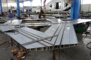 Blick in die Montagehalle bei White Aluminium in Abu Dhabi.<br />
