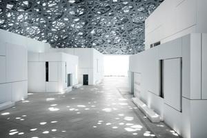 Die durchdachte Geometrie der Öffnungen soll an überlappende Palmblätter erinnern, die in den VAE traditionell als Dachmaterial verwendet werden.<br />