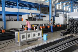 elumatec errichtete in Abu Dhabi zwei baugleiche Stabbearbeitungszentren des Typs SBZ 151 Flexium+ für die Fertigung der Kuppelkomponenten. <br />