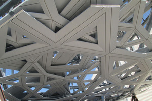 Die Kuppel besteht aus acht konstruktiven Ebenen, wovon jeweils drei Ebenen aus Aluminiumprofilen versetzt montiert wurden, die jeweils in ihrer Größe, Anordnung und Geometrie differieren.<br />