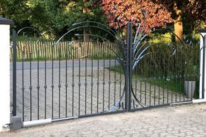 """<div class=""""bildtext"""">Das Design-Schmiedetor wurde für eine Wohnhaus-Zufahrt in Kamp-Lintfort gefertigt.</div>"""