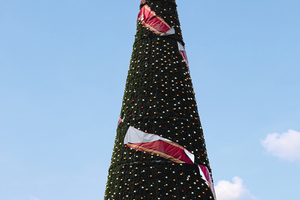 """<div class=""""bildtext"""">Zwei Millionen Leuchten funkeln an dem 40 Meter hohen Weihnachtsbaum aus Stahl.</div>"""