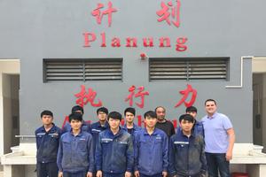 """<div class=""""bildtext"""">Die Gemeinschaft der chinesischen Belegschaft wird im Betrieb mit vielfachen Ritualen verankert.</div>"""