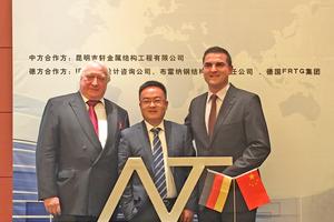 """<div class=""""bildtext"""">Nach einem halben Jahr Verhandlungen haben der Chinese Li Xiao (m.) und Matthias Gabler (r.) das Joint Venture unterschrieben. Links im Bild Gablers Wirtschaftsberater Wolfgang Hohl.</div>"""