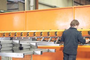 """<div class=""""bildtext"""">Die Roboteranlage fertigt eine Vielzahl an unterschiedlichen Leitertypen für den Tiefbau.</div>"""