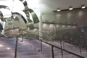 Deckenhohe Raumteiler aus Edelstahlgewebe vom Typ Escale strukturieren die 1.500 Quadratmeter große Eingangshalle der Tours du Pont de Sèvres in Paris, Frankreich.<br />