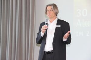 """Harald Greger, Geschäftsführer des AFI, stellte den Mitgliedern die neue Online-Plattform """"KnowHow-Corner PRAXIS"""" vor."""
