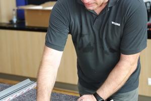 """<div class=""""bildtext"""">Wicona-Experte Sven Dreyer zeigt den Schülern, wie die Eckverbinder in die auf Gehrung geschnittenen Blendrahmprofile eingeschoben werden. </div>"""