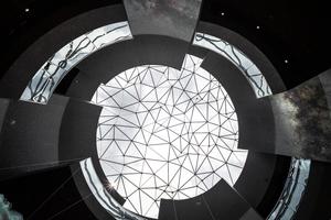 Das Kuppeldach hat einen Durchmesser von 17 m. Die Knotenpunkte sind mit LED Lichtern versehen, damit lassen sich die Sternenbilder des südlichen Himmels dargestellen.