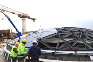 Das Dach wurde mit 263 unterschiedlichen dreieckigen Isoliergläsern abgedeckt.