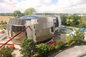 3.200 m² hinterlüftete Fassade hat der Metallbauer Frener & Reifer wurde mit 4 mm Aluminiumblech verkleidet.