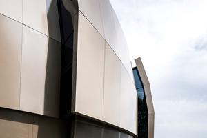 Die hinterlüftete Systemfassade wurde frei geformt und ist aus 1.400 unterschiedlichen Aluminiumblechen zusammengesetzt.