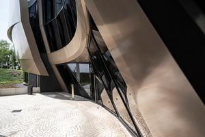 Für den Eingangsbereich wurden 550 m² Stahl-Pfosten-Riegel-Fassaden eingesetzt.