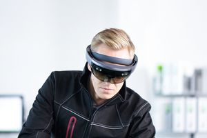 Auf Basis der Augmented Reality Technik (AR) werden mit der Microsoft HoloLens komplexe Arbeitsanweisungen für die Werkstatt vorgehalten.