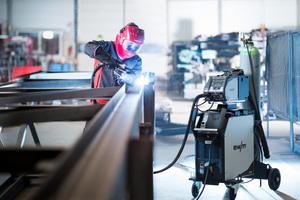 Mit MIG-/MAG-Schweißgeräten lässt sich Stahl und Aluminium gleichermaßen schweißen.