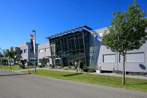 Im schallabsorbierend gebauten Nebengebäude sind neben den Schweißarbeitsplätzen auch die lärmintensiven Bereiche Schmiede und Motorenprüfstand untergebracht.