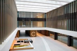 Das Atrium mit den Abmessungen 15×31 Meter verläuft vom Erdgeschoss bis zum sechsten Obergeschoss und ist über dem 2. Obergeschoss mit einer Dachverglasung geschlossen.