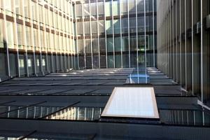 Der offene Raum zwischen den Gebäudeflügeln sorgt für lichte Büros.