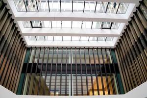 Die Dachverglasung besteht aus Dreifach-Isolierverglasung mit innerem und außerem Verbundsicherheitsglas.