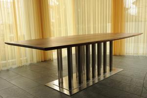 Der Tisch von Fornaro aus einer Stahlplatte steht auf Tischbeinen aus Chrom-Nickel.