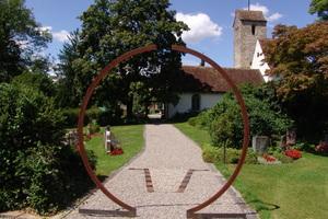 """Das """"Tor zur Ewigkeit"""" steht auf dem Friedhof Bremgarten Dorf."""