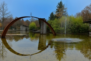 Die Brücke steht auf dem Friedhof Bümpliz in einem See.