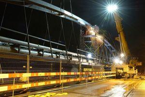 Ein ausgeklügeltes Logistikkonzept hat die Verkehrsbeschränkungen während der Brückeninstallation um vier Monate verkürzt.