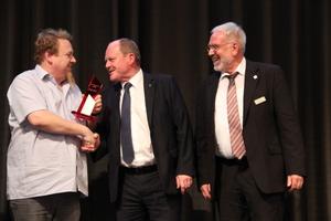 """<div class=""""bildtext"""">Gratulation zum Ausbildungspreis: Markus Müllers (l.), Landesbauminister Thomas Webel (m.) und Präsident Heinrich Abletshauser.</div>"""