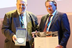 """<div class=""""bildtext"""">Prof. Ömer Bucak erhält von Reiner Temme, Präsident des DSTV, die Auszeichnung des Deutschen Stahlbaus.</div>"""