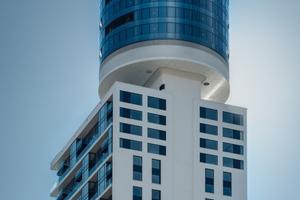 """<div class=""""bildtext"""">Die Architekten Meixner Schlüter Wendt Architekten haben eine gläserne in der Geometrie etwas kuriose Turmspitze entworfen. </div>"""