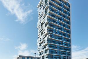 """<div class=""""bildtext"""">Im vergangenen Jahr wurde der Henninger Turm fertiggestellt. Das Panoramarestaurant ist öffentlich.</div>"""