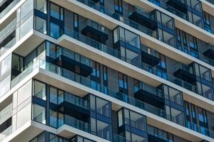 """<div class=""""bildtext"""">Die Glasloggien und -brüstungen verleihen dem Hochhaus eine elegante Fassadenansicht.</div>"""