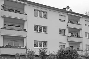 """<div class=""""bildtext"""">Vorher: Sozialer Wohnungsbau in Marburg; Nischen-Balkon mit maroder Betonbrüstung und defekten Balkonbelägen. </div>"""