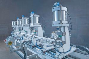 """<div class=""""bildtext"""">Die halbautomatische Stanz- und Bohrmaschine für Aluminiumprofile von KM+W stanzt vertikal und fräst gleichzeitig horizontal. Die Bearbeitungsgeschwindigkeit ist 6,5 Sekunden je Profil.</div>"""