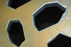 """<div class=""""bildtext"""">Nach der Bearbeitung mit der Plasmaschneidmaschine müssen die kleinen Kanten zur Vorbereitung für die Beschichtung gefräst werden.</div>"""