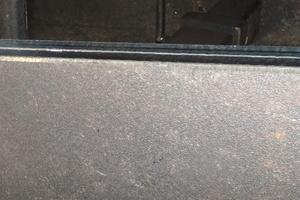 Ein positiver Testfall für die Anwendung der Akku-Kantenfräse: das Entgraten einer Stahlpatte.