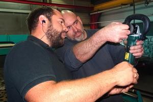 """<div class=""""bildtext"""">Metabo-Anwendungstechniker David Gross (l.) zeigt im Betrieb von Stahlbau-Haist den Wechsel der Messer. Beim Test lief der Tausch problemlos.</div>"""