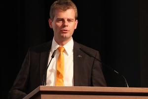 """<div class=""""bildtext"""">Dr.-Ing. Dennis Rademacher von ArcelorMittal informiert über die Stahlsorten S355 und S460.</div>"""