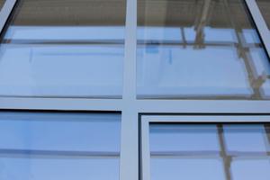 Die Außenansicht der Fassade des Industriegebäudes Arbomec ist flächenbündig.