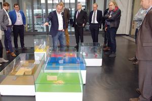 Stephan Hettlich (m.), Leiter der Solarlux-Akademie, führte anlässlich des Symposiums durch das Werk.